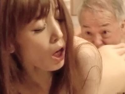 隣の老人とデキてしまった人妻 樹花凜