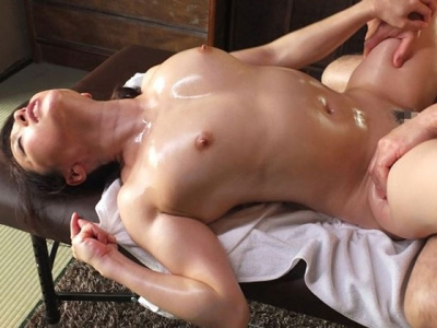 全身性感帯の人妻と中年オイルマッサージ師 白木優子